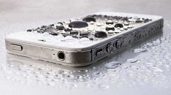 Залила айфон водой